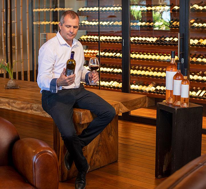 Sommelier sélectionnant une bouteille de vin